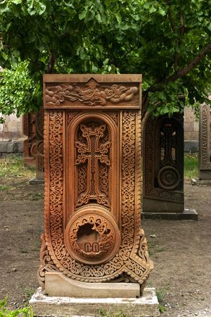 Red Cross: Una vieja cruz tallada en toba, Armenia. (Khachkar en forma de letras del alfabeto armenio). Foto de archivo