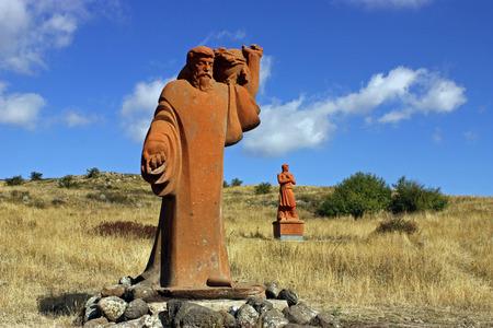creador: Aragats, ARMENIA - OCTUBRE 02: Estatuas creador del alfabeto armenio - Mesrop Mashtots y su disc�pulo en el Monte Aragats, parque de letras (alfabeto armenio), Armenia de octubre 02,2011.