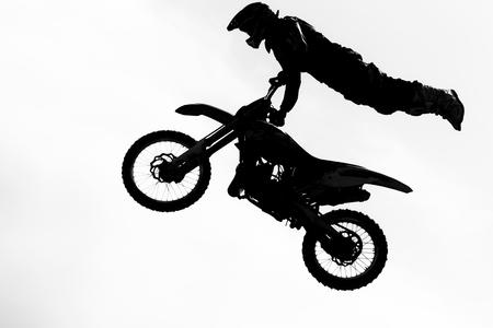 ciclista silueta: Silueta de salto piloto motorcircle sobre fondo blanco. Foto de archivo