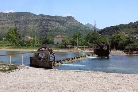 molino de agua: foto del antiguo mecanismo de elevación de agua de acueducto Foto de archivo