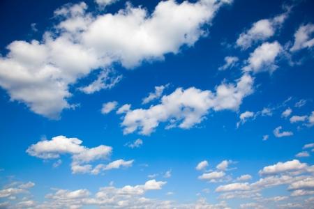 cielos abiertos: un brillante cielo azul con nubes ligeras Foto de archivo