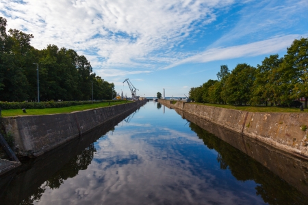 waterleiding: Kanaal van het Peter de Grote, met waterwerken en de vuurtoren op een heldere dag in de zomer