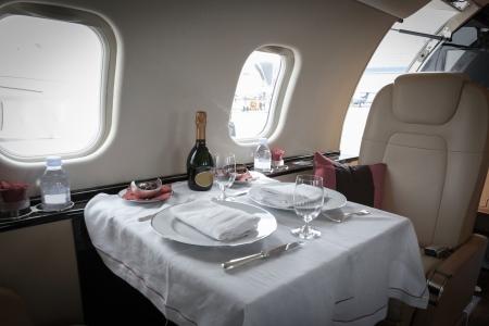 primeramente: Interior de lujo aviones de la aviaci�n de negocios decorada mesa
