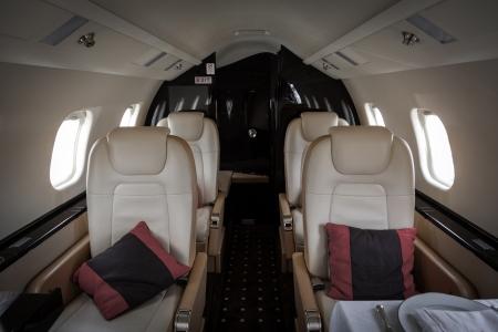 plane table: Interior de lujo aviones de la aviaci�n de negocios decorada mesa