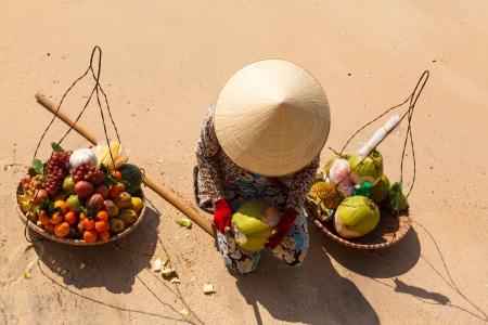 Durian: Phụ nữ Việt Nam trong một chiếc mũ rơm trên quả bán bãi biển và cho thấy dừa Kho ảnh