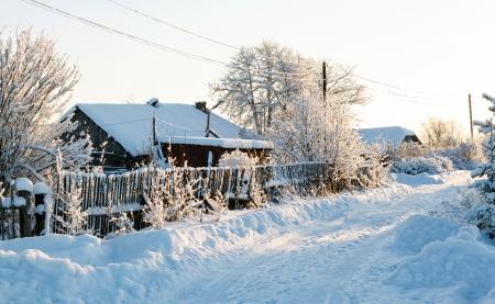 reiste: Winter l?ndlichen Stra?e und B?ume im Schnee