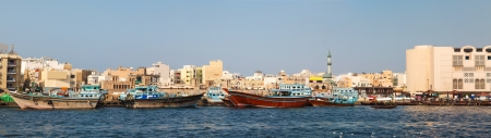 bur dubai: abra boats crossing Dubai creek between Bur Dubai and Deira Stock Photo