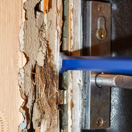 perpetrator: Hack the door with a crowbar, apartment robbery