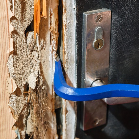 law breaker: Hack the door with a crowbar, apartment robbery