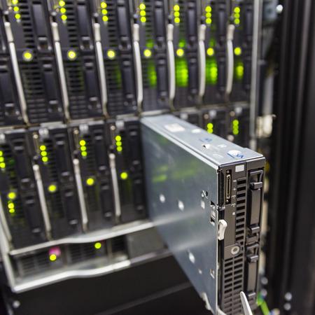redes electricas: chasis del servidor, la virtualización de plataformas en el rack de servidores del centro de datos y servidor blade fracasado Foto de archivo