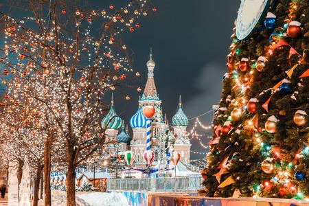 Decoraciones para el año nuevo y festivos. Bolas de Navidad en las ramas de los árboles cerca de la Catedral de San Basilio en la Plaza Roja de Moscú Foto de archivo