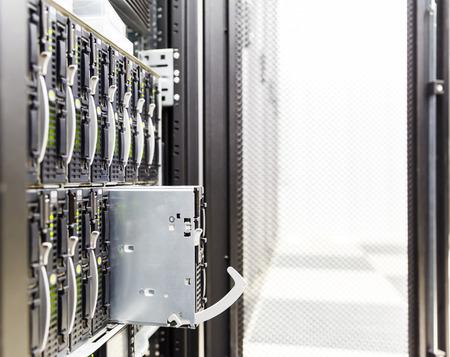virtualizacion: chasis del servidor, la virtualizaci�n de plataformas en el rack de servidores del centro de datos y servidor blade fracasado Foto de archivo