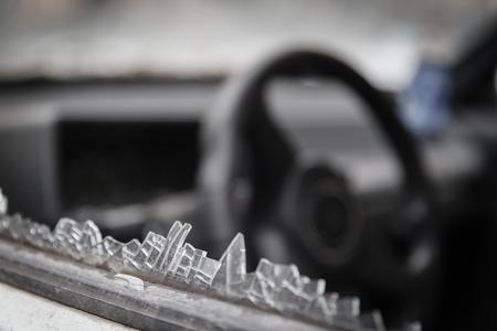 盗人のロシアのスラム街を壊した車の窓