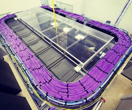 computer center: Gran grupo de cables UTP lila de Internet en Centro de Datos