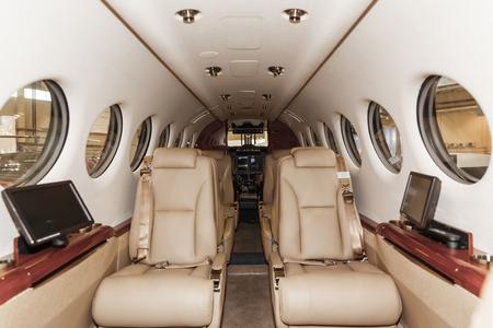 chorro: Interior de lujo en colores brillantes de cuero genuino de la aviación de negocios aviones Foto de archivo