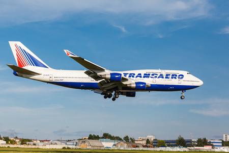 boeing 747: Vnukovo, Mosca Region, Russia - 2 lug 2013: Aeroplani all'aeroporto internazionale di Vnukovo. Transaero Airlines Boeing 747 atterrato sulla pista Editoriali