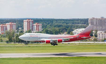 boeing 747: Vnukovo, Mosca Region, Russia - 17 giugno 2016: Aeroplani nei aeroporto internazionale di Vnukovo. Russia Airlines Boeing 747 atterraggio alla pista