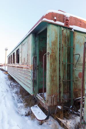 carreta madera: carro de madera viejo ferrocarril de vía estrecha en el centro de Rusia Foto de archivo