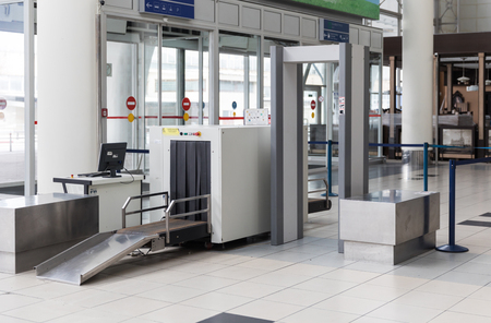 Airport security check point with metal detector Standard-Bild