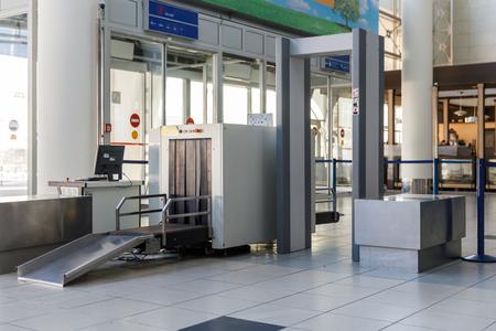금속 탐지기가있는 공항 보안 검색 포인트