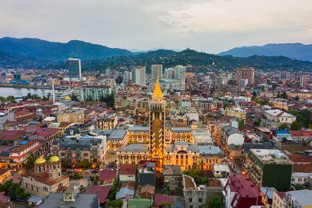 Panoramablick auf Batumi und Batumi Piazza, Georgia. Dämmerung über der Altstadt und der Innenstadt von Batumi - Hauptstadt von Adjara, Georgia.