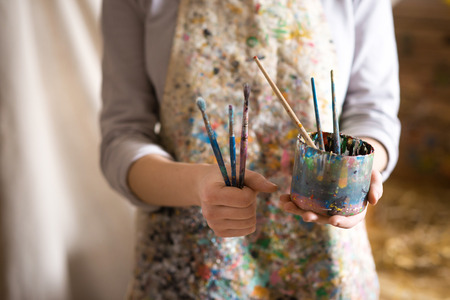 brocha de pintura: Primer plano de la brocha artista femenina explotación de la mano