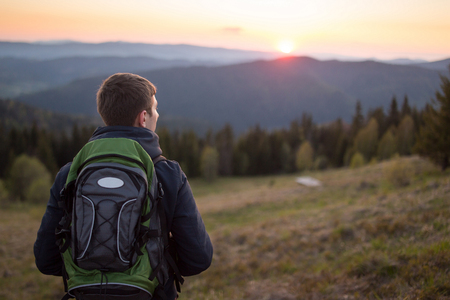 Man enjoying mountain sunset and looking at the distance Imagens