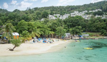 Playa de arena en Ocho Ríos, Jamaica Foto de archivo - 62471484