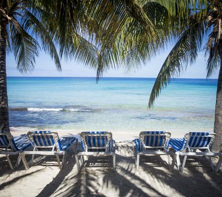 Playa de arena con tumbonas en la isla Grand Turk Foto de archivo - 62471972