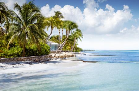 Línea bungalow en una isla tropical Foto de archivo - 62484493