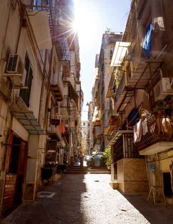Calle estrecha en el casco antiguo de la ciudad de Nápoles en Italia Foto de archivo - 62779231