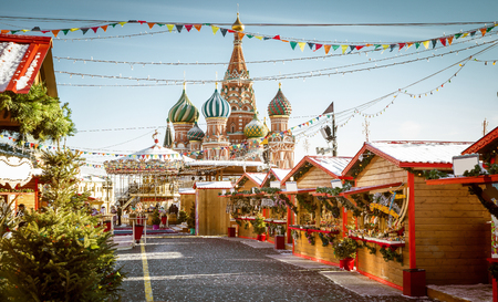 Feria del pueblo de Navidad en la Plaza Roja en Moscú, Rusia Foto de archivo - 62798694