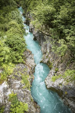 Lecho de río de Soca en el Parque Nacional de Triglav Foto de archivo - 62781673