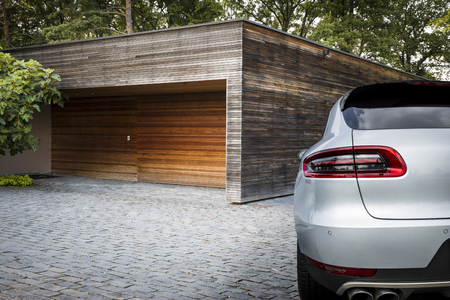 Mooie sport SUV auto in de voorkant van een garage op het platteland