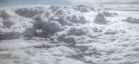 Vista aérea panorámica sobre las nubes blancas mullidas Foto de archivo - 64244493