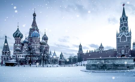 Tiempo de Navidad en Moscú - nieve cayendo en la Plaza Roja Foto de archivo - 65713047
