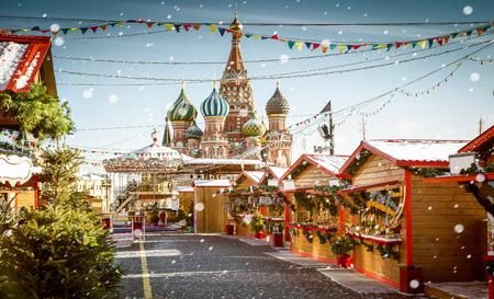 Feria del pueblo de Navidad en la Plaza Roja en Moscú, Rusia Foto de archivo - 65713232