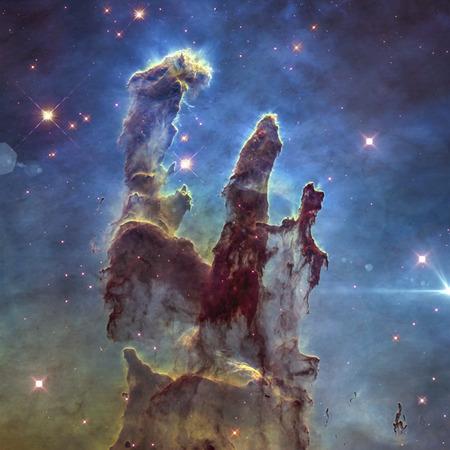Los Pilares de la Creación de la Nebulosa Águila. Imagen retocada. Foto de archivo