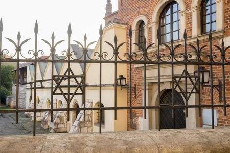 Museo de la antigua sinagoga en el distrito de Kazimierz - barrio judío de Cracovia, Polonia Foto de archivo - 69196577