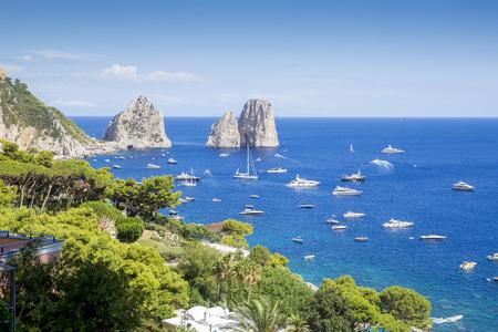 Ver en Faraglioni rocas de la isla de Capri, Italia Foto de archivo - 66164941
