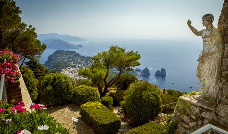 Vista panorámica de la isla de Capri desde el Monte Solaro, Italia Foto de archivo - 68138576