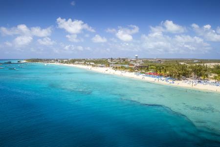 Panorama de la isla Grand Turk, los caribeños Foto de archivo - 73005464
