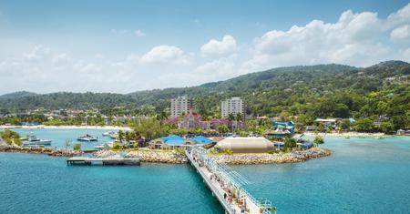 Panorama del puerto en Ocho Rios en Jamaica Foto de archivo - 74866449