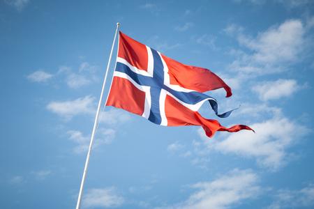 Noorse vlag zwaaien in de wind Stockfoto