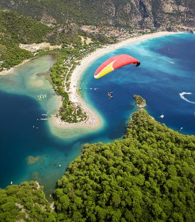 Vista aérea de la laguna azul en Oludeniz, Fethiye, Turquía Foto de archivo - 90617333