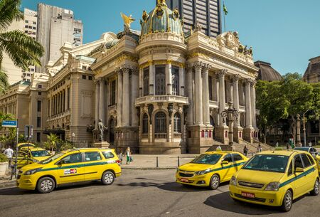 Rio de Janeiro, Brazil - December 15, 2017: Street full of taxi cars with Theatro Municipal in the background in Rio de Janeiro, Brazil Foto de archivo - 128139936