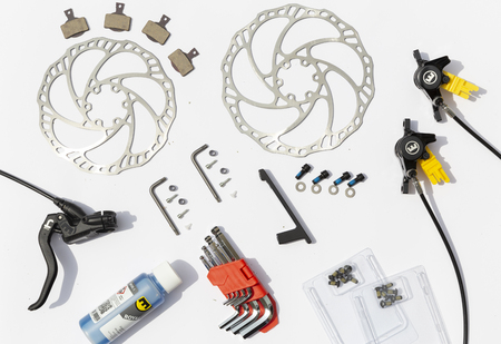 Krakow, Poland - August 7, 2019: Parts of hydraulic disc brakes for bicycle isolated on white Foto de archivo - 129934580