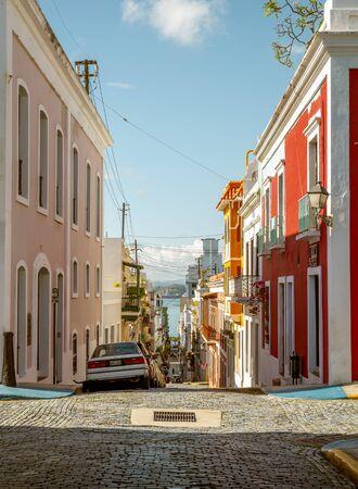 Street full of colorful houses in old San Juan, Puerto Rico Foto de archivo - 130894311