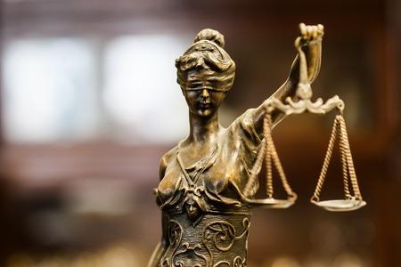 Brązowa statuetka sprawiedliwości (koncentrować się na twarzy)