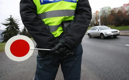 Ein Polizist den Verkehr Überprüfung Standard-Bild